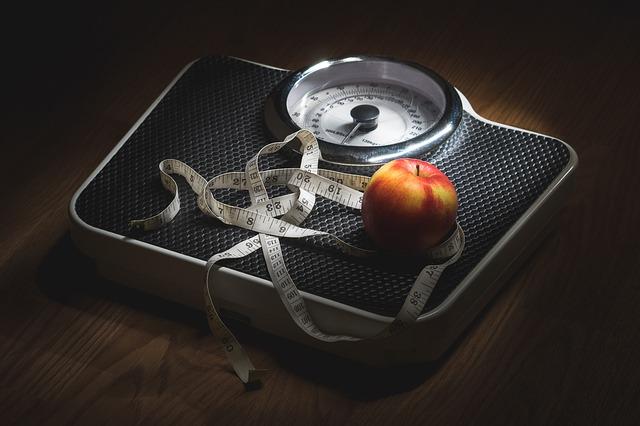 metr s jablkem na váze