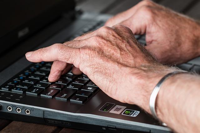 senior u klávesnice