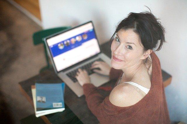 Žena u počítače na seznamce.